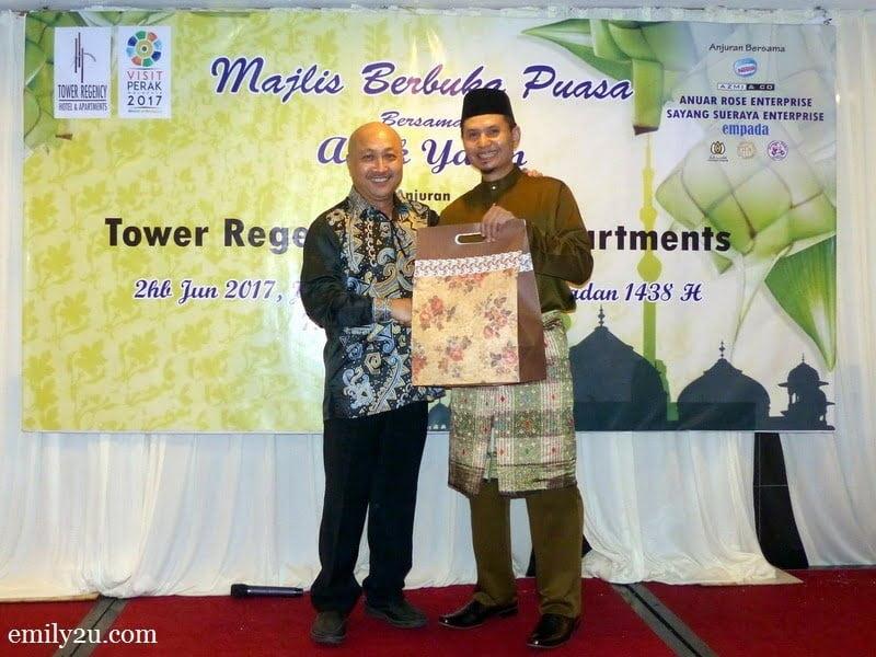 8. hotel director Cheong Soon Loong (L) presents a token of appreciation to sponsor En. Noorzamani (R)