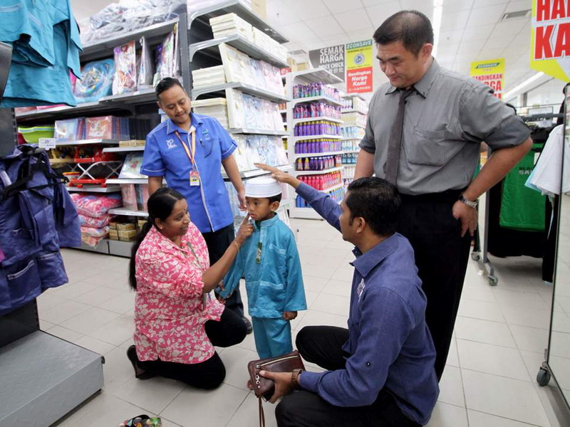 3. choosing Raya clothes at Econsave Jelapang (photo credit: BERNAMA)