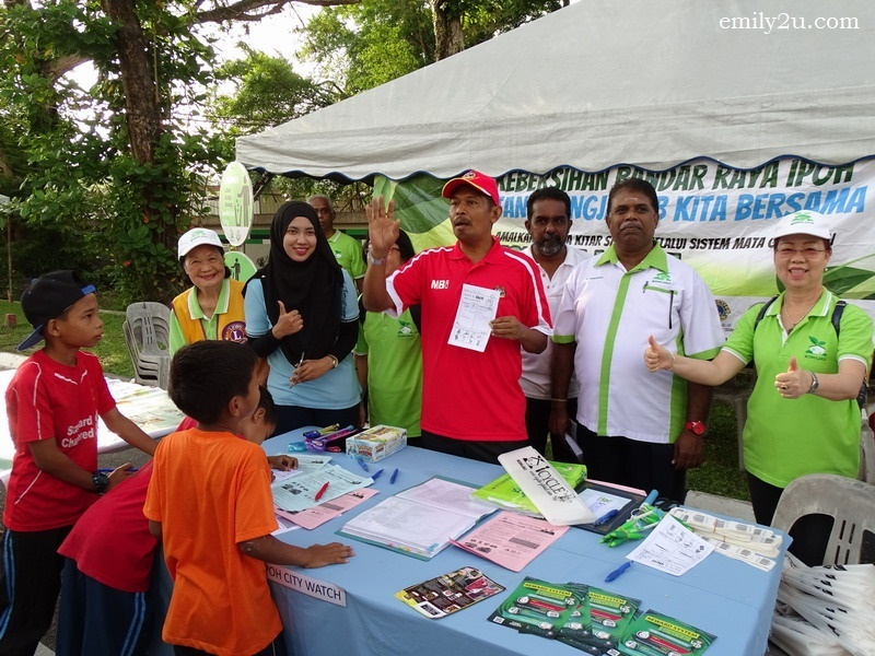 10. Ipoh City Mayor Dato' Zamri Man (in red) promotes recycling