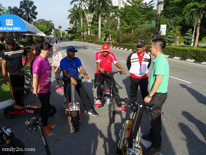 3. Perak Menteri Besar Dato' Seri DiRaja Zambry Abd Kadir (in blue) and Ipoh City Mayor Dato' Zamri Man (in red) discuss about the e-scooter with representatives of Cervello Tres