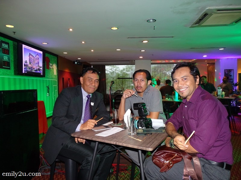 6. Azri from Impiana Hotel (L) with guests Wan Asrudi and Rosli Mansor (R)