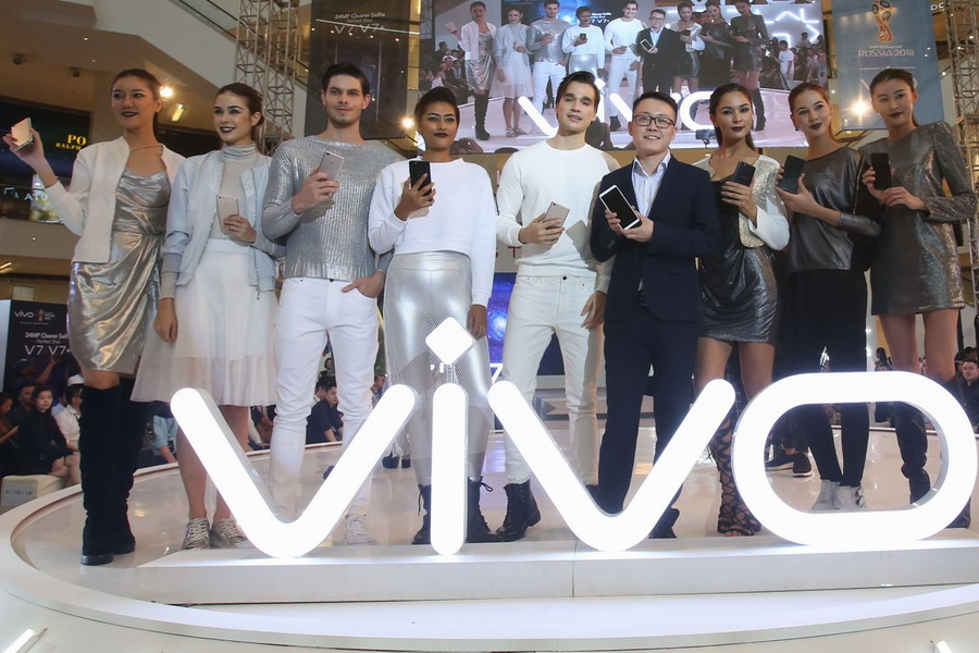 Chief Executive Officer of vivo Malaysia, Mike Xu (4th from R) showcasing the new vivo V7+