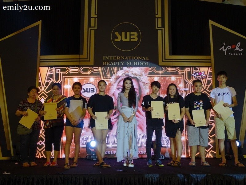 10. Dato Fee Mei Yen (m) with lucky draw winners