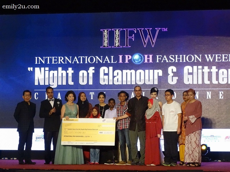 4. hand over of mock cheque from the organisers and guests-of-honour of IIFW 2017 to Hospital Raja Permaisuri Bainun's paediatric oncology unit