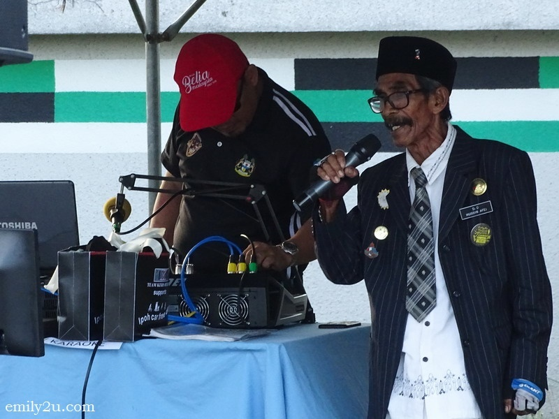 4. Abang D.O. entertains with karaoke