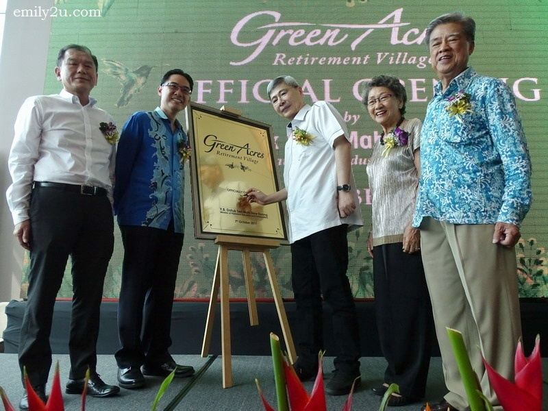 5. guest-of-honour, Y.B. Datuk Seri Mah Siew Keong (Minister of Plantation, Industries and Commodities), signs the plaque