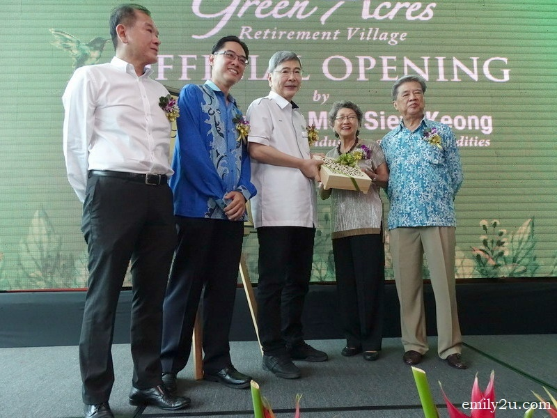 6. gift of appreciation to guest-of-honour, Y.B. Datuk Seri Mah Siew Keong (Minister of Plantation, Industries and Commodities), by Mdm. Siew Yin Leng