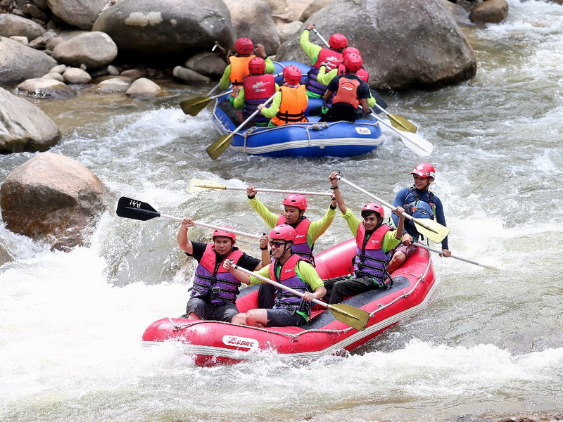 7. participants overcome challenging rapids