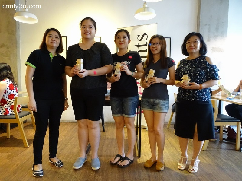8. (from right) four lucky draw winners and their gifts