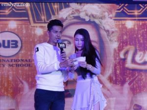 9 Emcee Jason with one of the judges, Datuk Foo Mei Yen, conduct a lucky draw