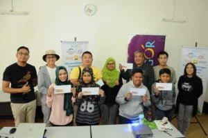 Puan Azlina Moktar from Majlis Daerah Hulu Selangor with the winners of Photo Hunt contest