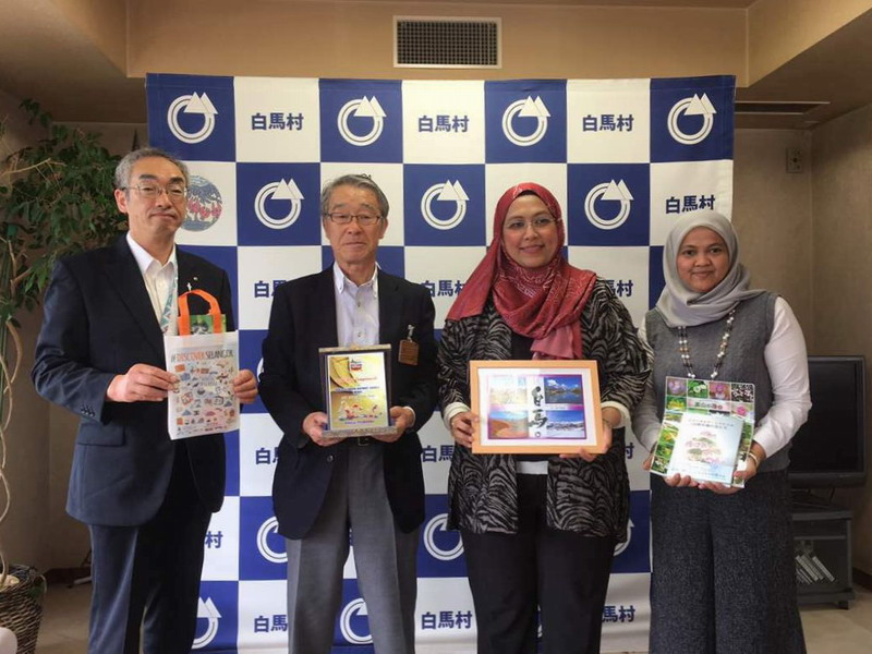 Puan Noorul Ashikin Mohd. Din (2nd from R) with representatives from Hakuba Goryo (L & 2nd from L)