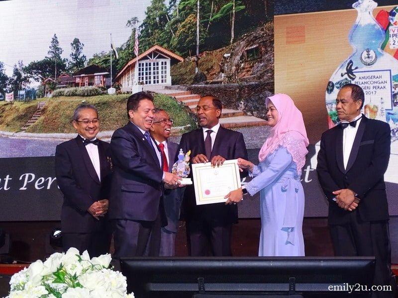 12. YDP Majlis Perbandaran Taiping (MPT) Dato' Haji Abd Rahim bin Md. Ariff receives an award for Pusat Pelancongan Terbaik (Hill Resort), representing the district's property Pusat Peranginan Bukit Larut, Taiping