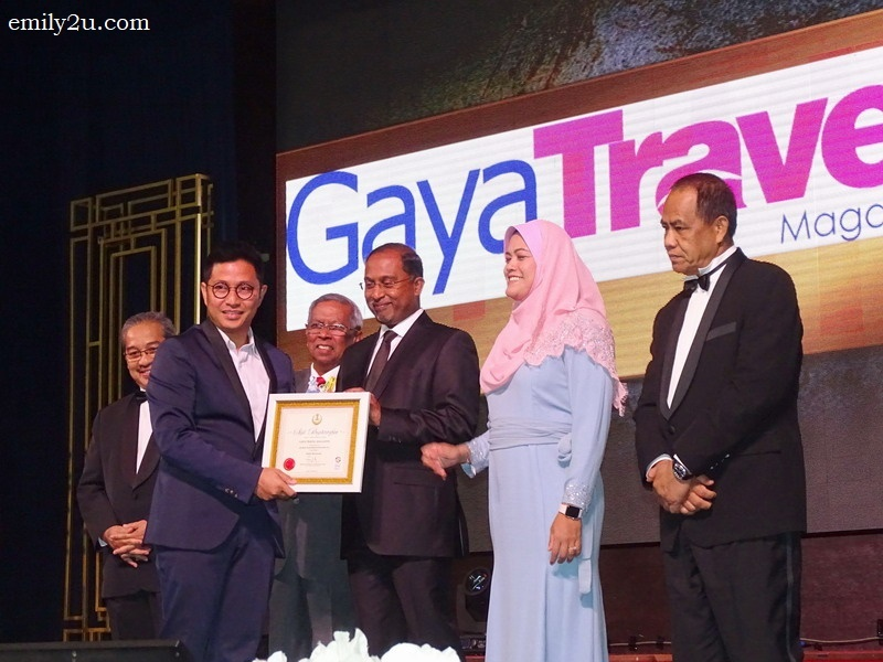 13. Nuar Md. Diah receives an award for Gaya Travel Magazine, in the category of Media Berinovasi
