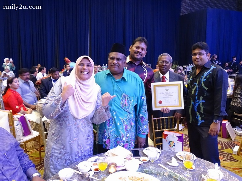 16. Awards Organising Chairman Datuk Mohd Odzman Abdul Kadir (2nd from R) and his daughter, Syariza Odzman (L) with restaurateurs