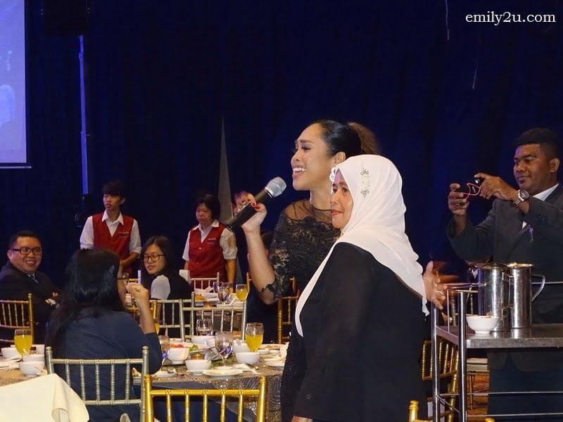 18. guest artiste Dayang Nurfaizah with a fan