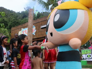 3 Bubbles meeting fan at Lost World Pow Holidays