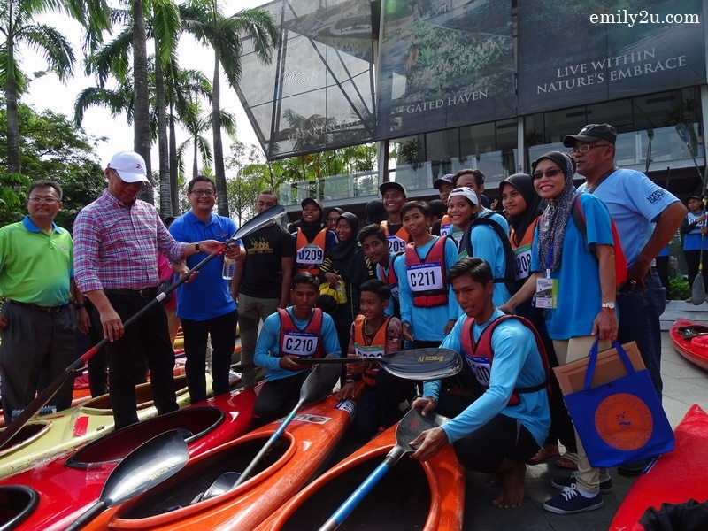 6. Y.B. Dato' Zulkurnain  checks a paddle