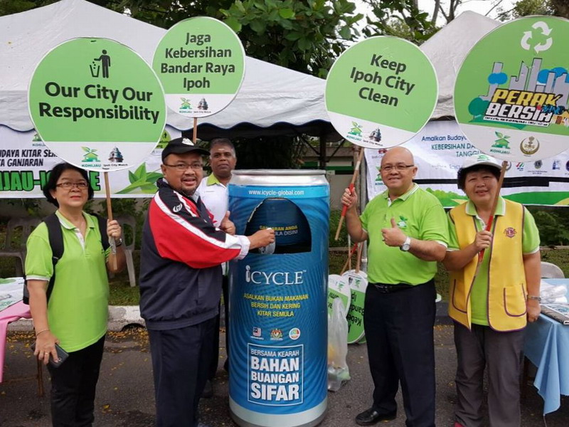 1. Ipoh City Council Planning Director, Zulqarnain Mohamad (in blue/red jacket) does his part in recycling