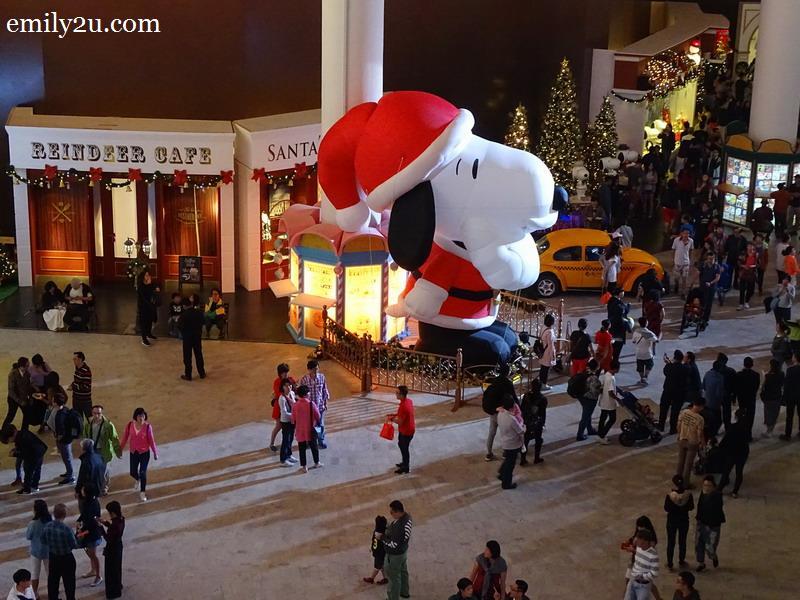 1. 6-metre tall inflatable Snoopy at SkyAvenue's Times Square