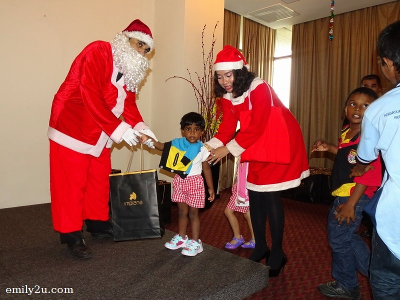 15. gifts for the kids from Santa Claus and Santarina courtesy of Impiana Hotel Ipoh
