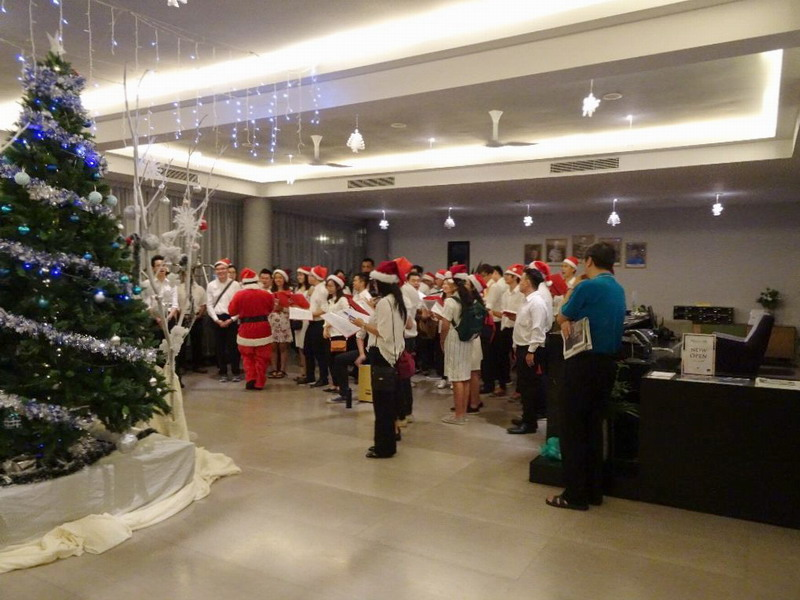 2. Christmas carolling at the lobby