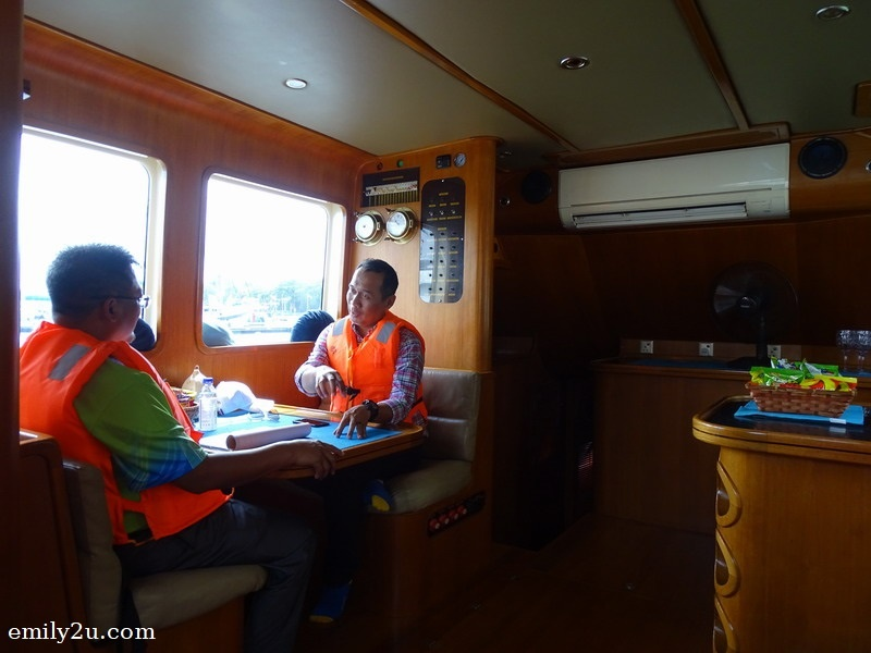 4. Y.B. Dato' Zulkurnain Hj. Kamisan (ExCo Belia dan Sukan, Kebudayaan & Warisan Negeri Johor) chats with Mr. Jeff Saw, Project Director for Puteri Harbour and Desaru of UEM Sunrise Berhad (L)