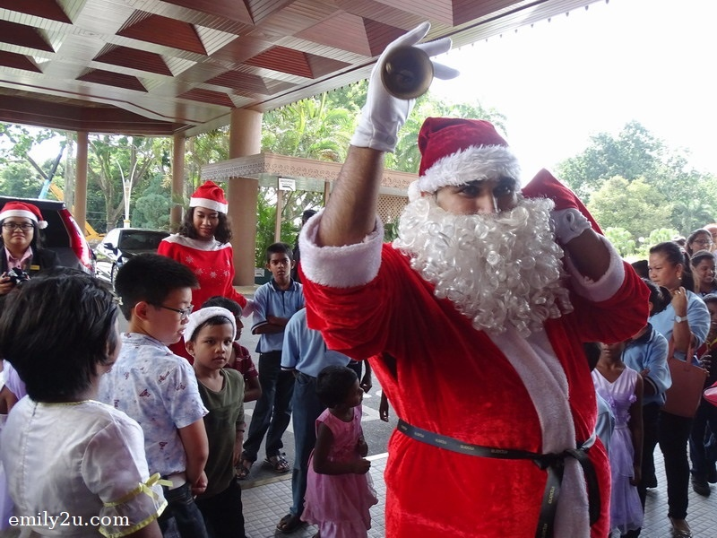 4. Santa Claus leads the children into the hotel
