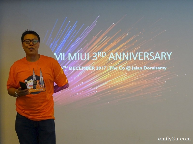 4. Mi MIUI Malaysia community founder Kellaw hiding a latest model Xiaomi phone in his hand