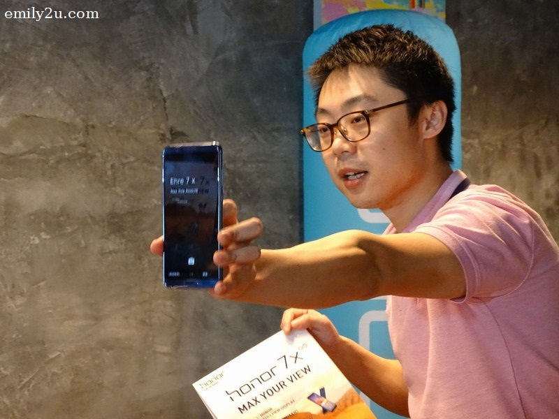 5. George shows the screen of Honor View 10, which successfully translated English text to German