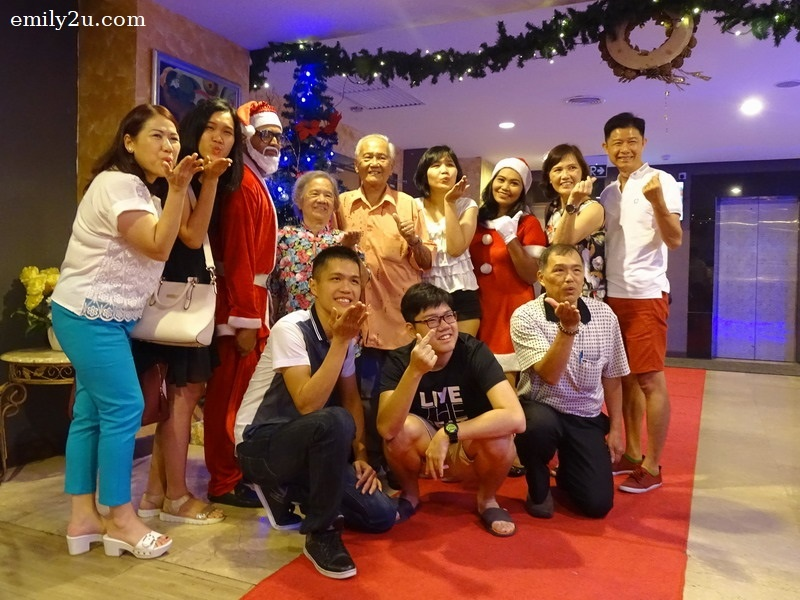 5. a family grabs the opportunity to take a photo with Santa Claus and Santarina