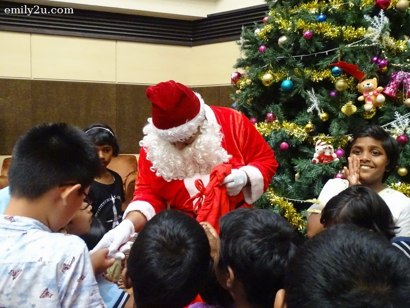 6. Hurry! Santa Claus is here!
