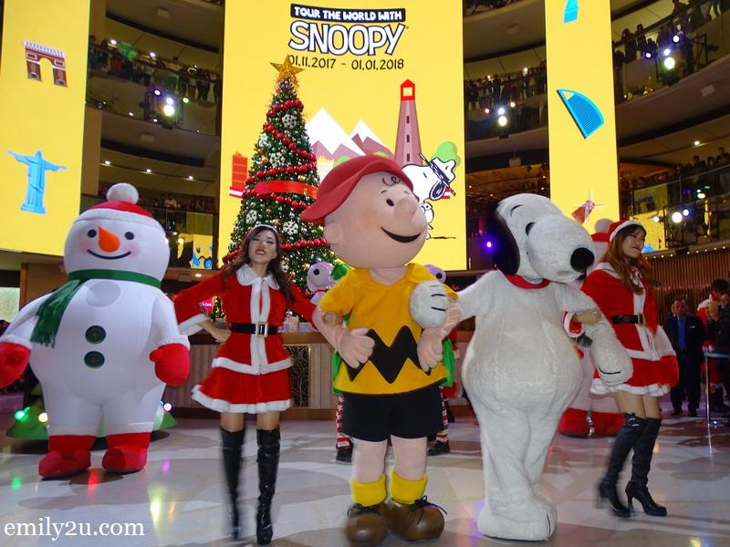 7. Charlie Brown and his pet beagle, Snoopy, along with Santarinas and Snowmen