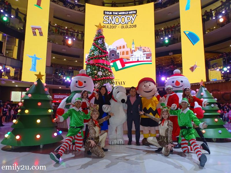 8. group photo of Ms. Katherine Chew (Resorts World Genting Vice President Resort Communications & Public Relations) and Mr. Roger Ong (Assistant Vice President of Promotions and Entertainment) along with the Christmas troupe
