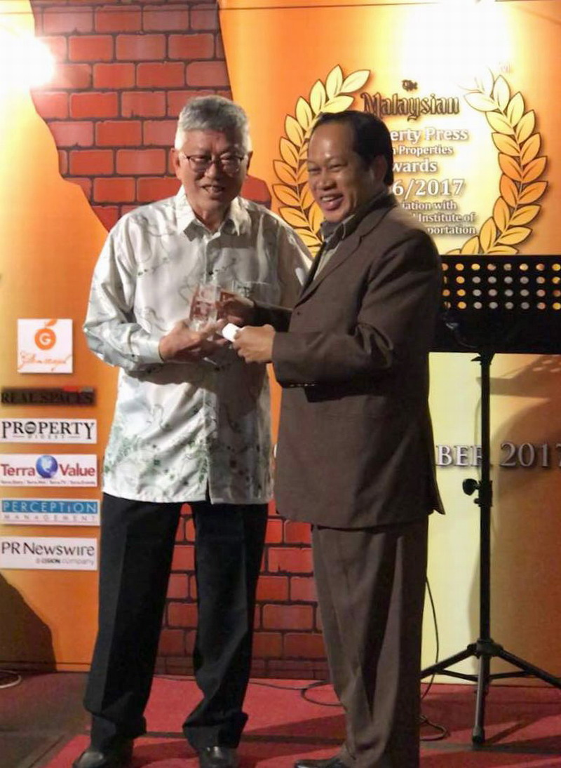 Peter Chan receives one of two awards from Deputy Minister of International Trade and Industry, Datuk Ahmad Maslan