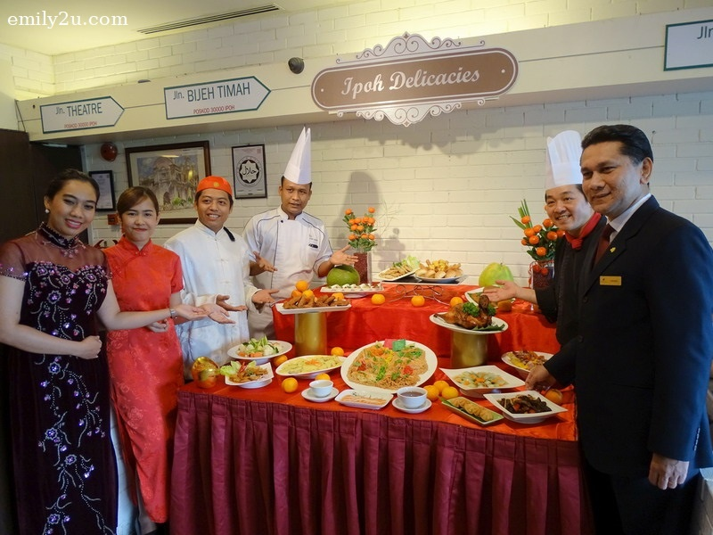 1. Impiana Hotel Ipoh General Manager Gerard Sta Maria (R), Chinese Chef Wong Sim Pin (2nd from R) and staff present Chinese New Year Prosperity Buffet Dinner menu