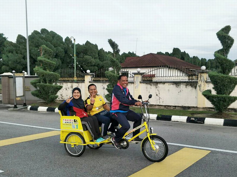 1. Ipoh City Council Secretary Tuan Mohd Zakuan Zakaria gives two MBI staff a lift