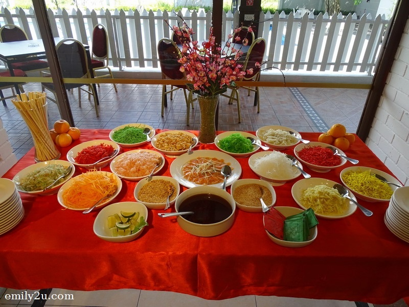 3. DIY yee sang on the buffet line