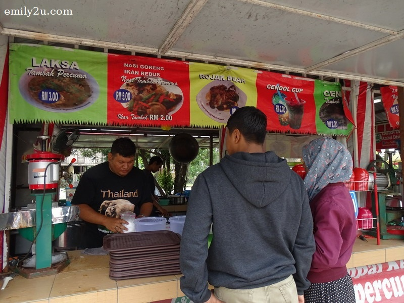 4. customers waiting for their cendol