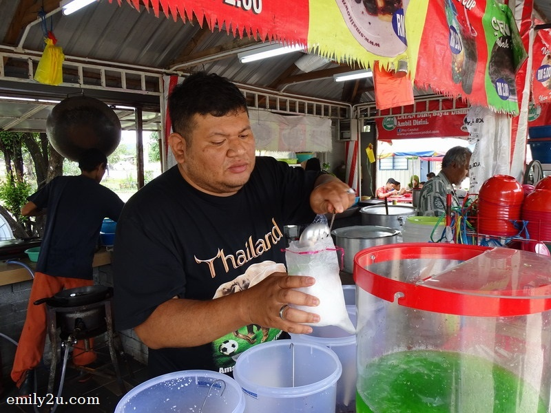 5. preparing cendol packet for a customer