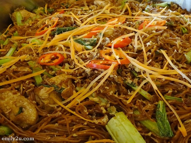 7. wok fried egg noodles with chicken cubes