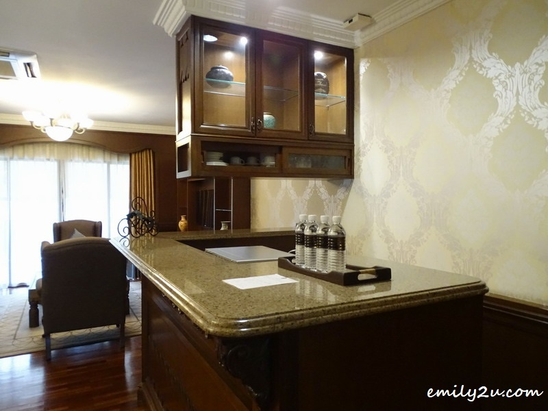 12. bar counter in the suite