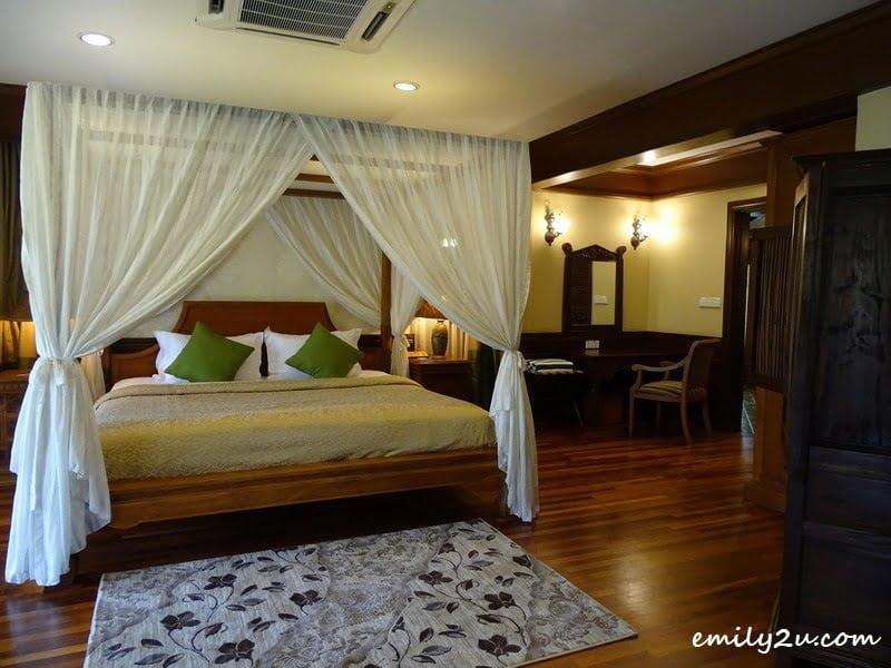 24. bedroom
