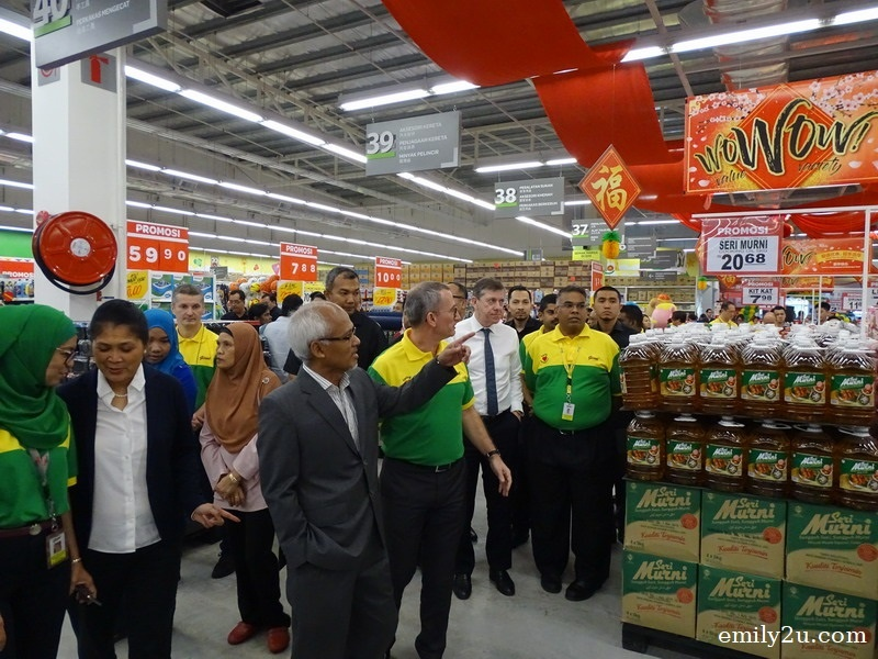 4. Domestic Trade, Co-operatives and Consumerism Ministry (MDTCC) Deputy Secretary General YBhg. Dato' Basaruddin Bin Sadali impressed with Giant's Chinese New Year WoWoW campaign