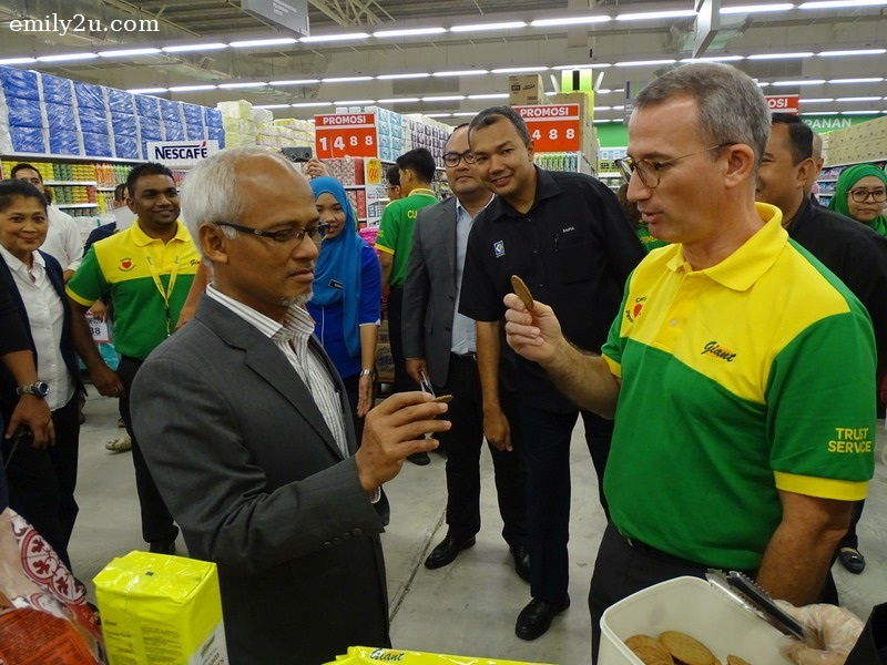 5. Dato' Basaruddin Bin Sadali (L) and Mr. Pierre-Olivier Deplanck (R) try Giant home brand biscuits
