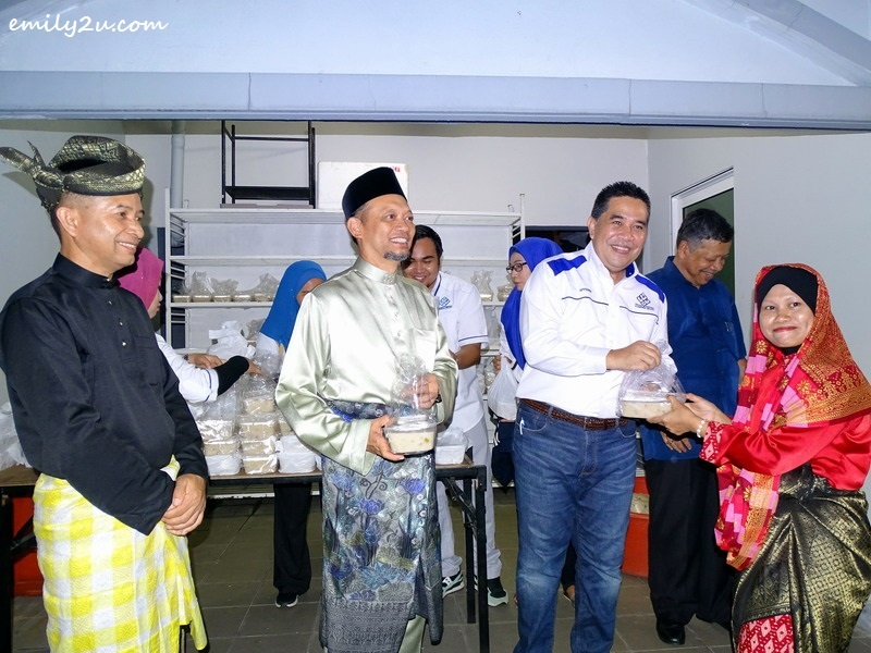 8. YBhg Dato' Affendi Zahari, Chairperson of Kampong Bharu Development Corporation (KBCORP), accompanied by En Aminuddin Mohamad, ExCo Malaysia Tourism Council (L) and Dato Mohamad Khay Bin Ibrahim, Group Managing Director TAMU Hotel & Suites (2nd from L) distribute the famous Bubur Lambuk to participants of Acara 10,000 Langkah Berbusana @ Kg Bharu