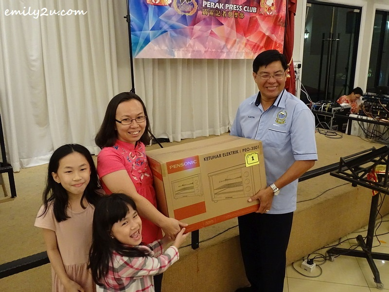 9. Kelly Lam (2nd from L) with her lucky draw grand prize