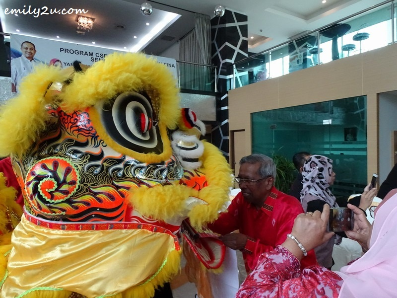 9. Perak Tourism Association President Datuk Haji Mohd. Odzman bin Abdul Kadir receives blessings from the lion