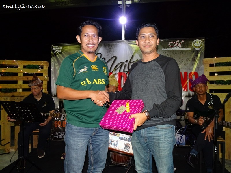 9. Ipoh Mayor's Press Secretary Syahrizal (R) presents a parting gift to Odi