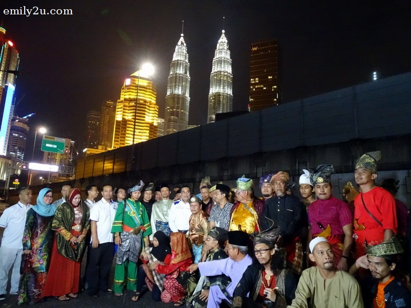 group photo during 10,000 Langkah Berbusana @ Kg Bharu with Petronas Twin Towers as backdrop